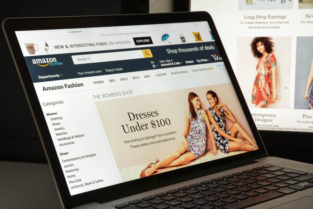 laptop acessando a página da loja Amazon