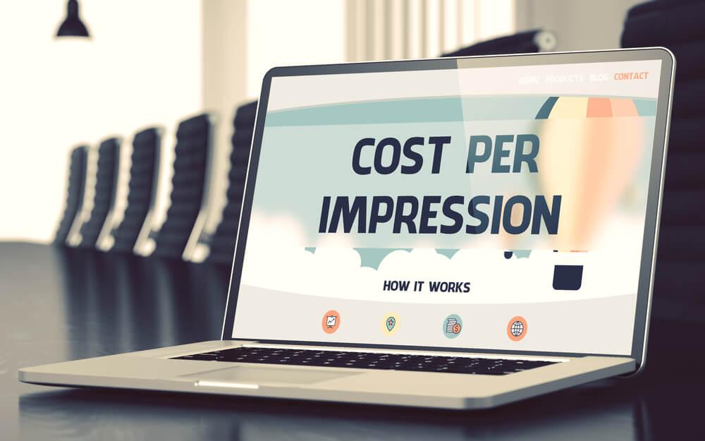 laptop com titulo cost per impression na tela