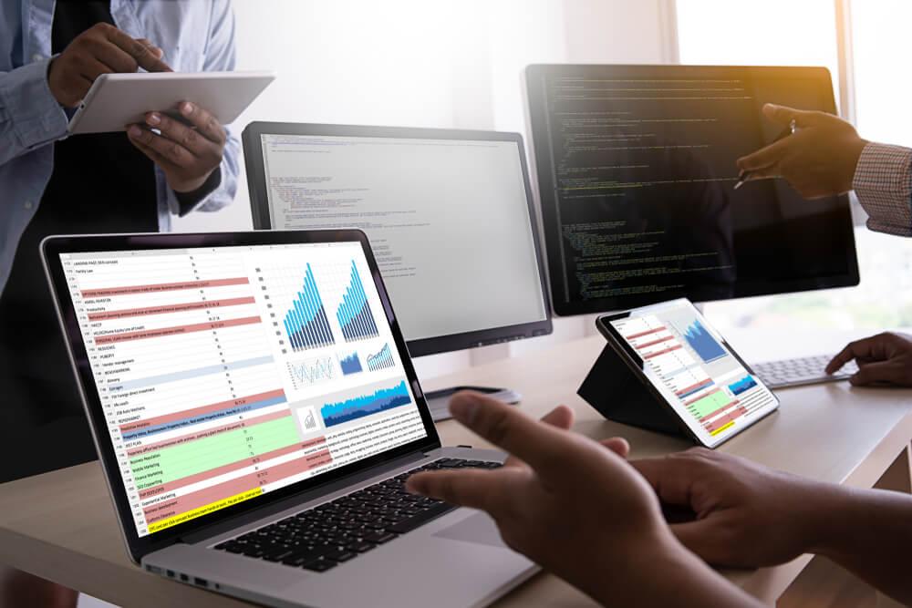 laptops em escritório com análises de gráficos