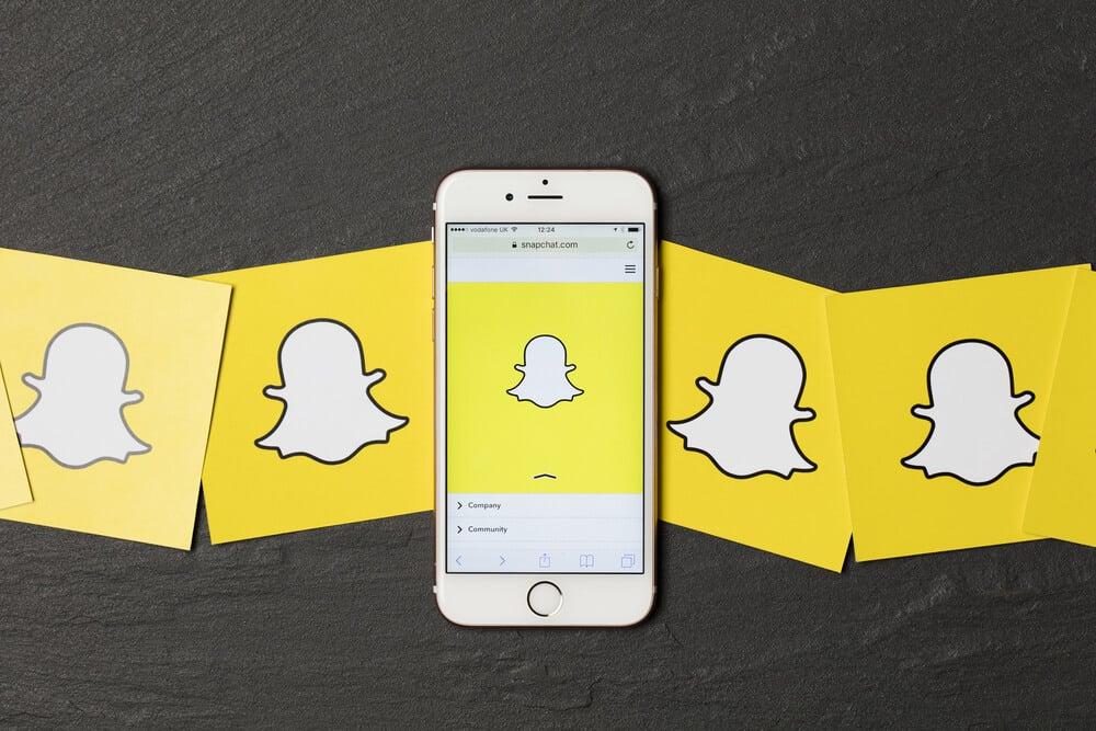 logos do aplicativo snapchat e smartphone