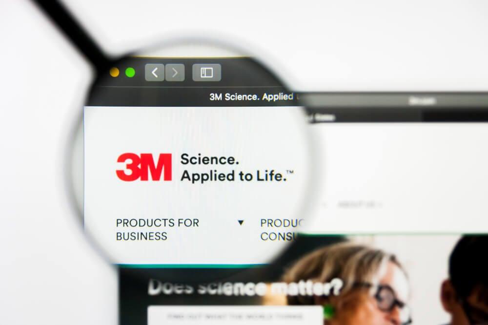 lupa em tela de laptop destacando a logomarca da empresa 3M em página inciial web para desktop