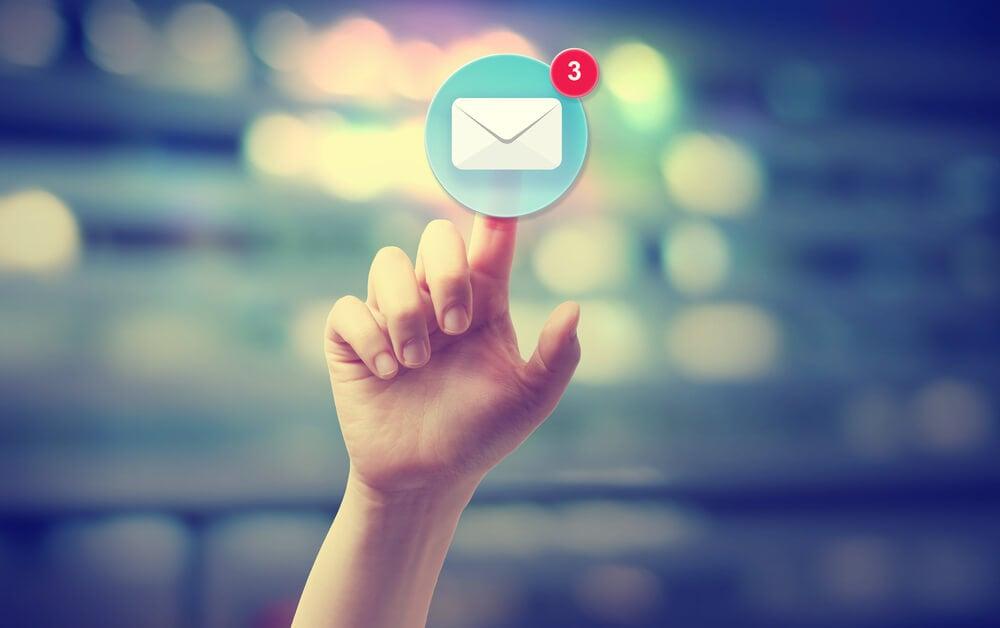 mão apontando icone de mensagem