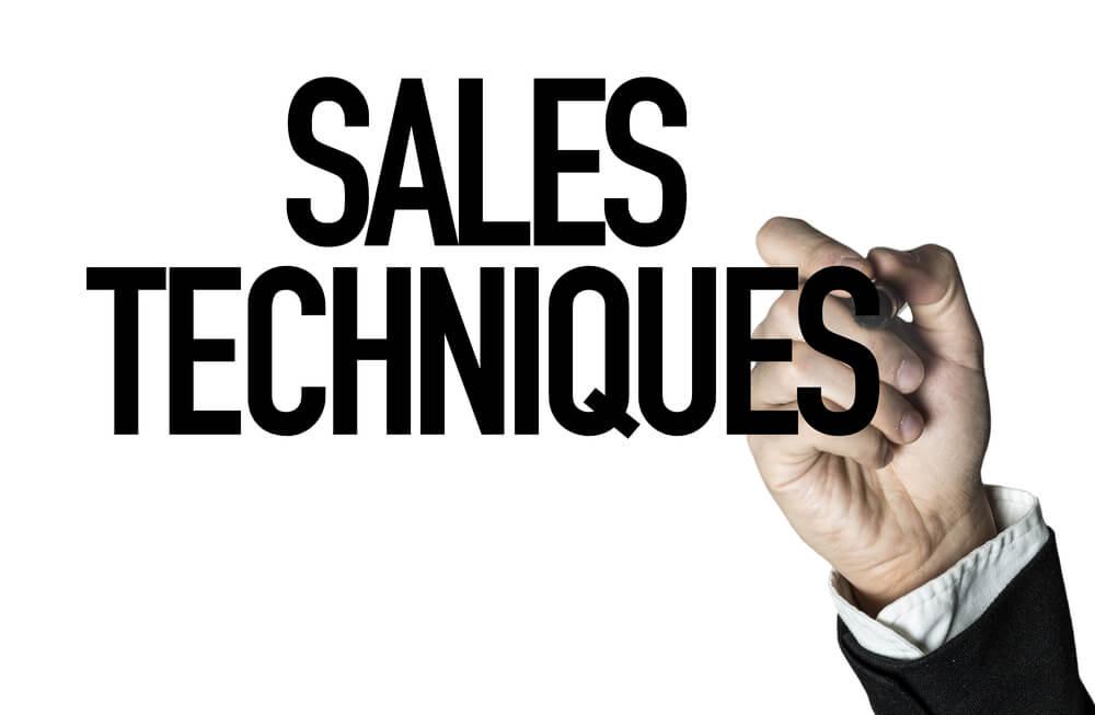 mão masculina assinalando o título Técnicas de venda em inglês