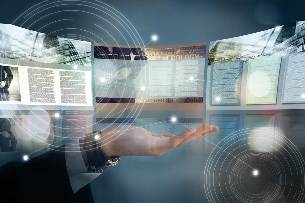 mão masculina com projeções de páginas web