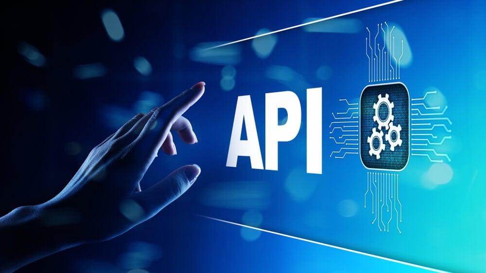 mão tocando símbolo luminoso do título do sistema API