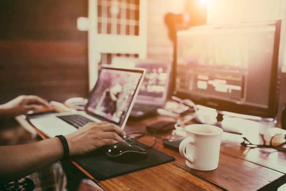 mesa com computador e storyboard digital