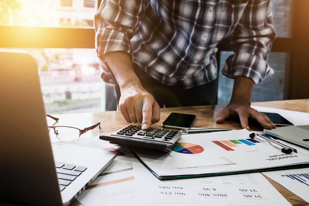 mesa com dados de economia e calculadora