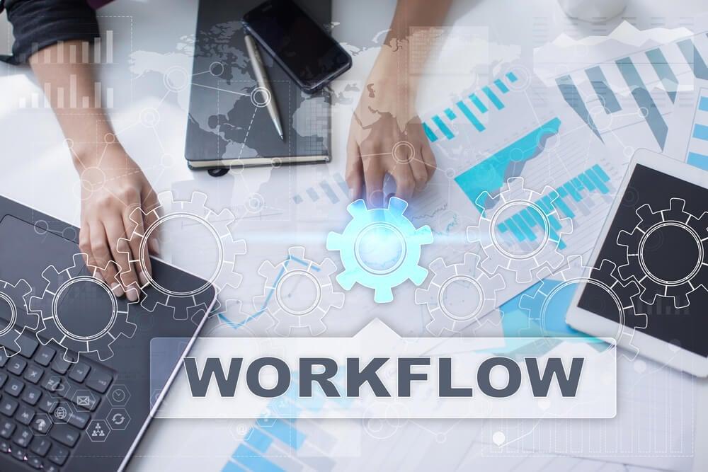 mesa de escritório com relatório e gráficos e o título workflow