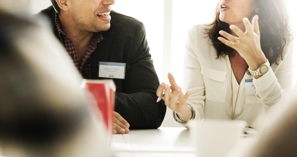 mesa de reunião com dupla conversando sobre feedbacks