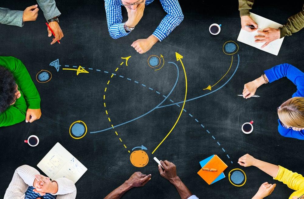 mesa de reuniões com simbologia de estratégia