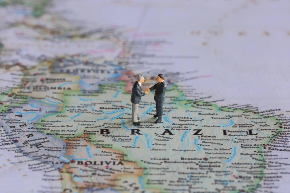mini bonecos representando homens de negócio em mapa em cima do brasil