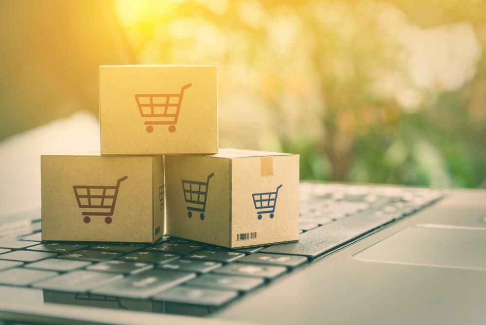 mini caixas de compras em cima de laptop