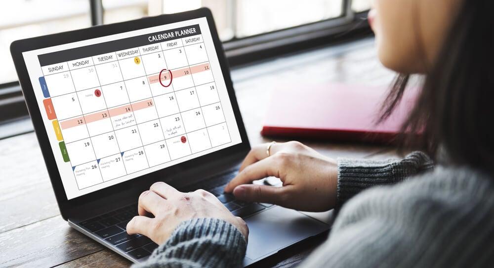 moça em laptop criando calendário