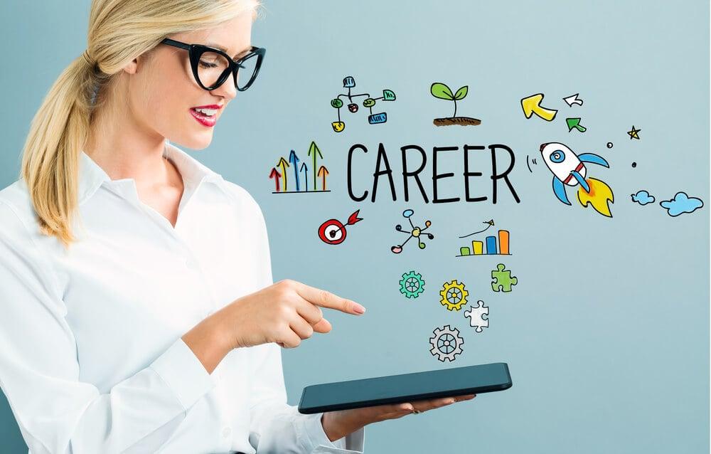 mulher acessando tablet e ilustração sobre carreira