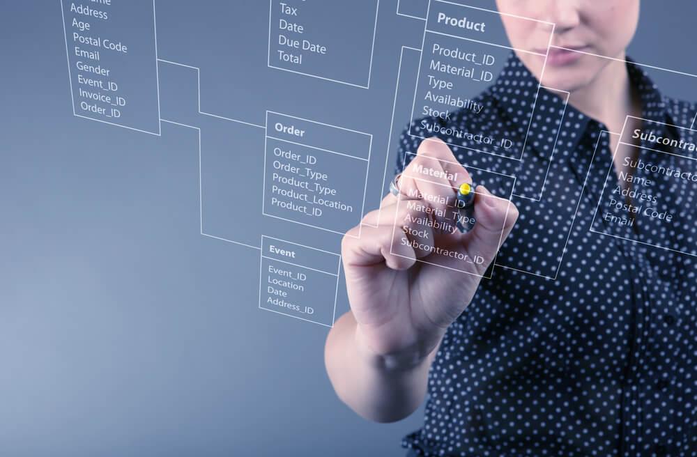 mulher anotando em painel digital
