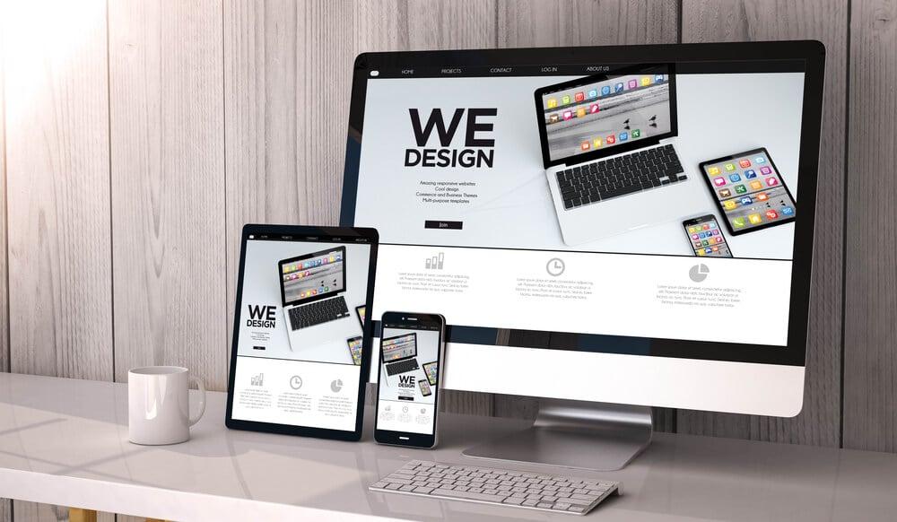 página web em computador tablet e smartphones