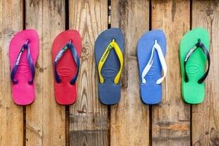 pés de chinelos da marca havaianas