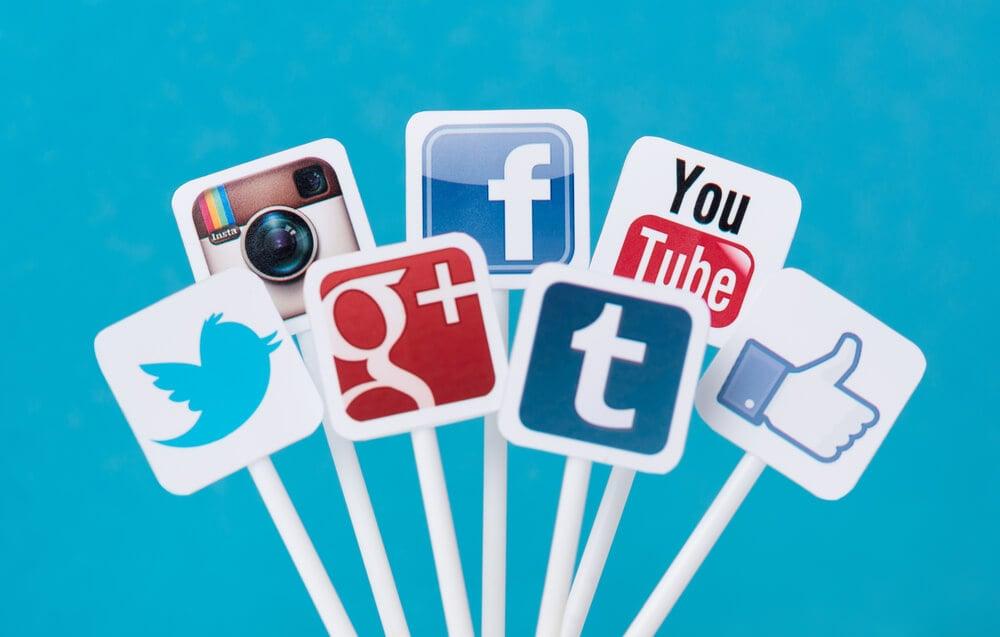 plaquinhas em papel com ícones de redes sociais