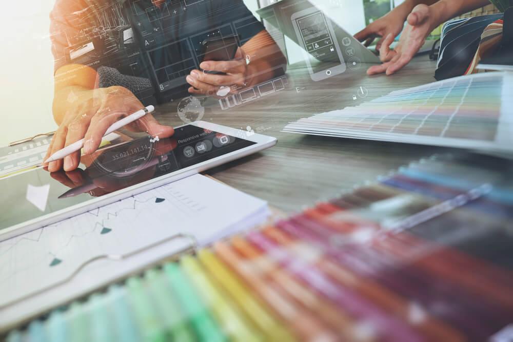 primeiro plano de lápis de cores e tablet ao fundo