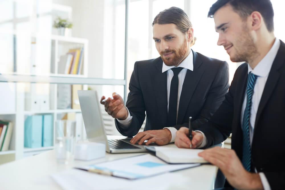 profissionais executivos em conversa