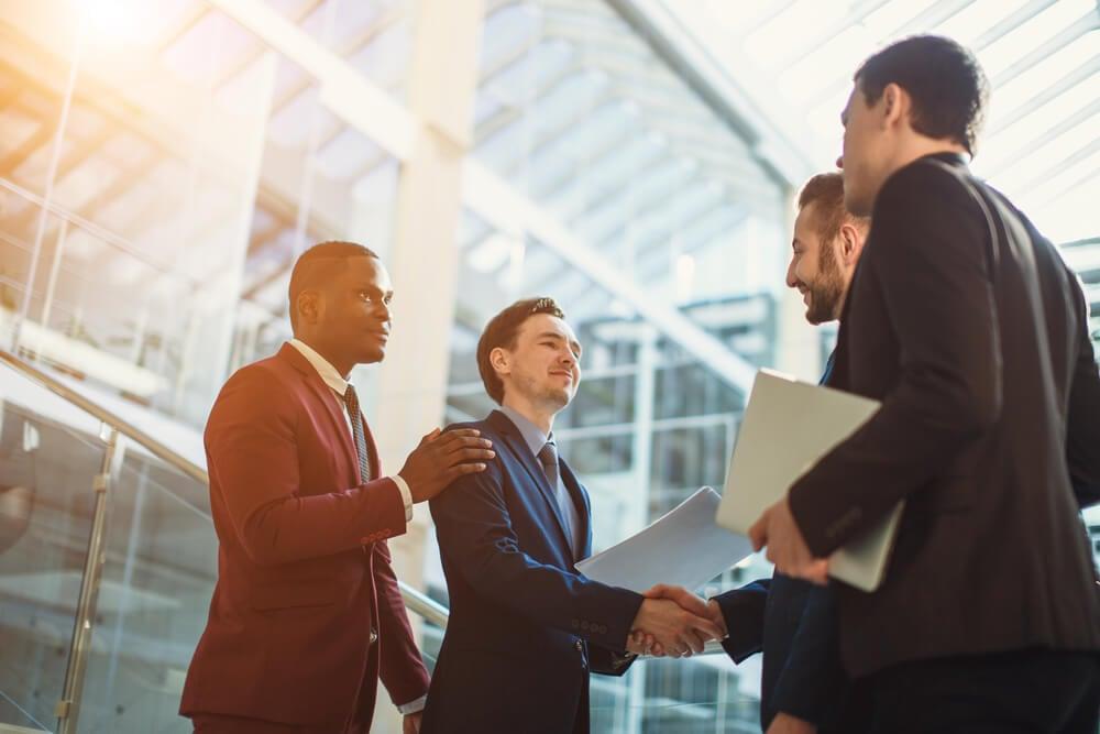 profissionais executivos se cumprimentando
