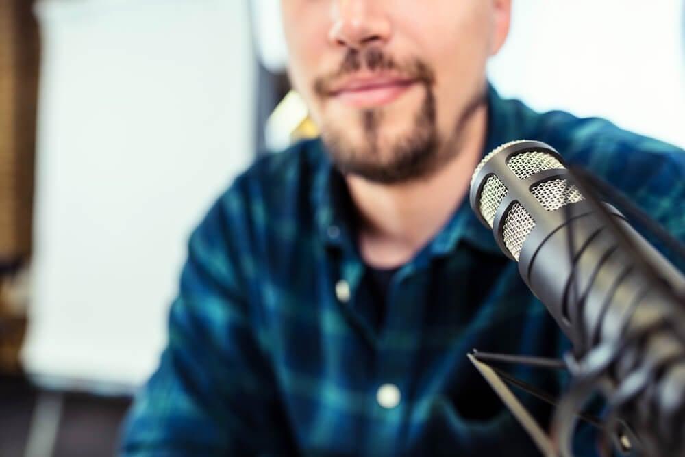 profissional com microfone de estúdio a frente