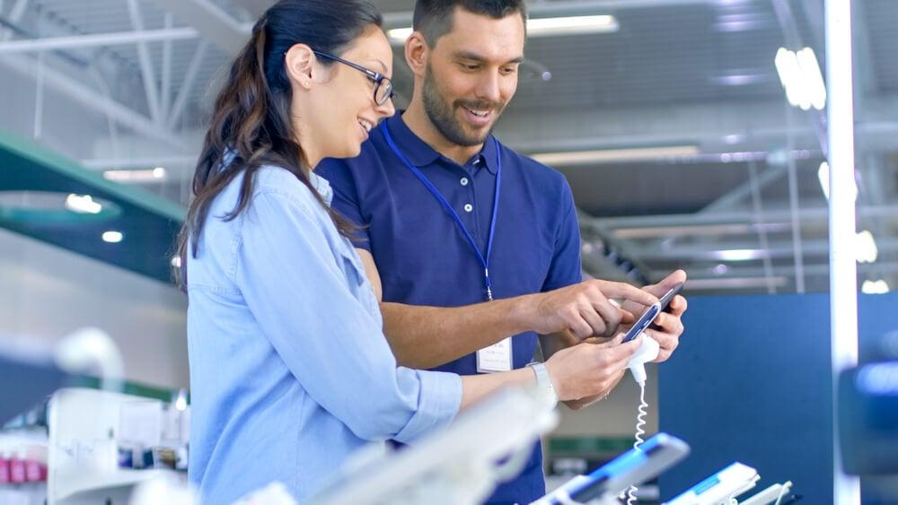 profissional de vendas apresentando opções para comprador