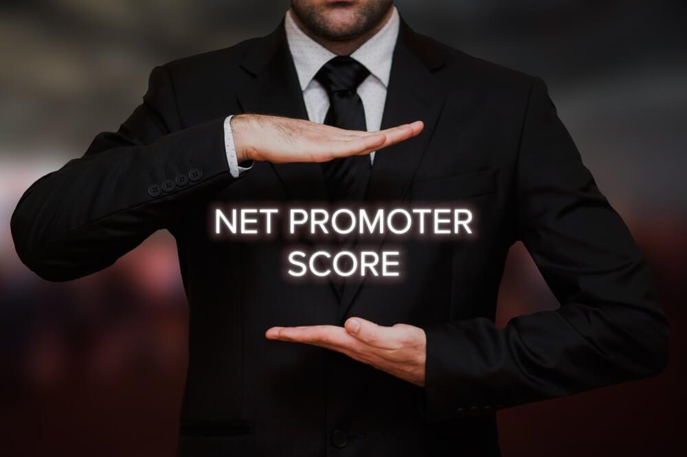 profissional segurando título net promoter score