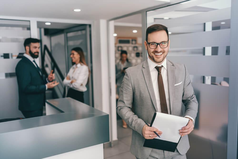 profissional sorridente em ambiente executivo