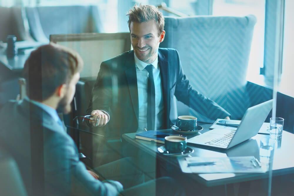 profissional sorridente em conversa com colega