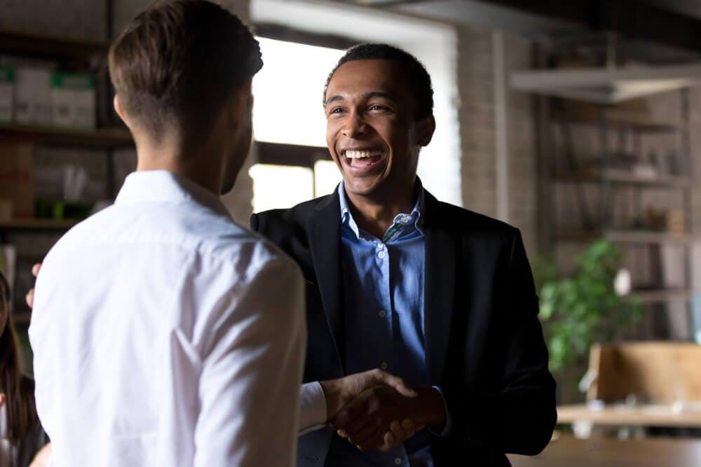 profissional sorridente em conversa