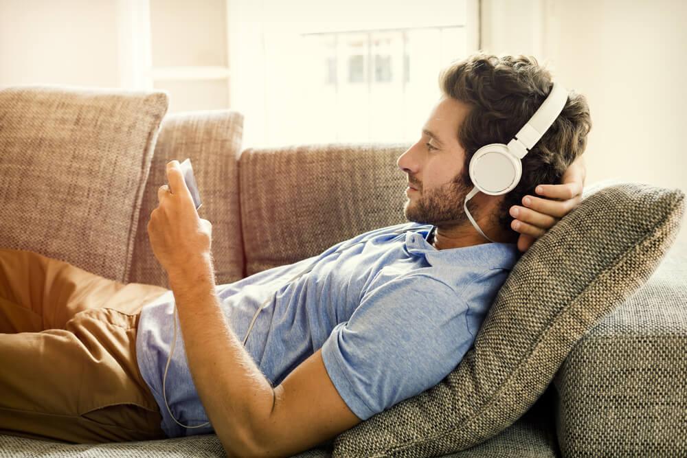 rapaz acompanhando conteúdo pelo smartphone