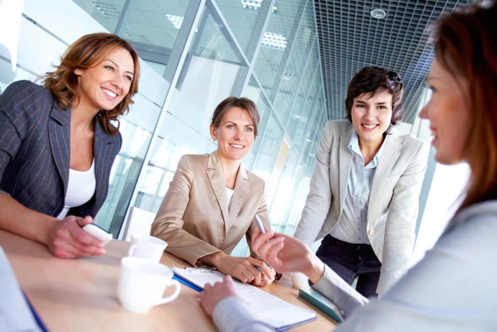 roda de mulheres sorridentes em ambiente profissional
