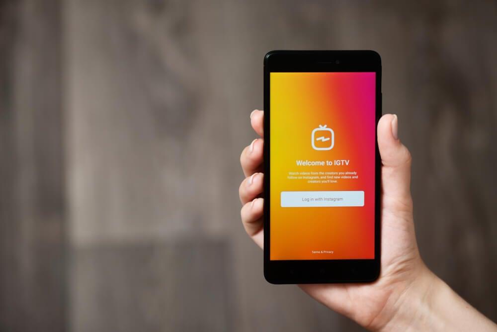 smartphone acessando o IGTV