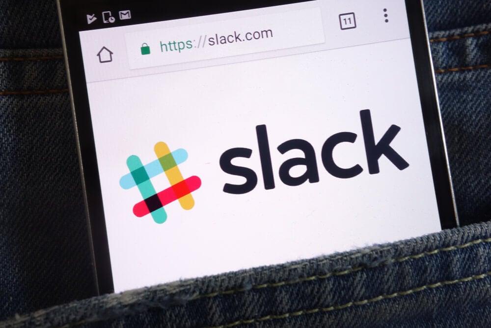 smartphone em bolso de peça de roupa acessando o app Slack