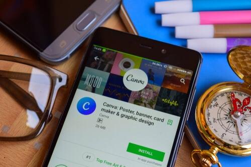 smartphone em página de download do app da ferramenta Canva