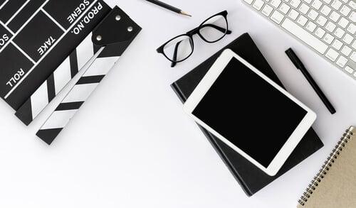 tablet claquete e cadernos