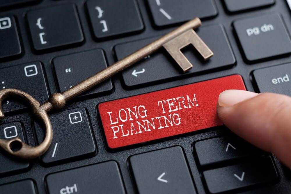 teclado de computador com chave e tecla nomeada Planejamento em longo prazo em inglês