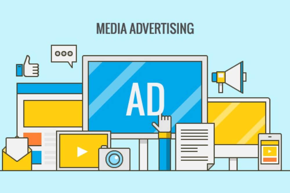 título mídia publicitária com ilustração de vários dispositivos e tipos de publidiade