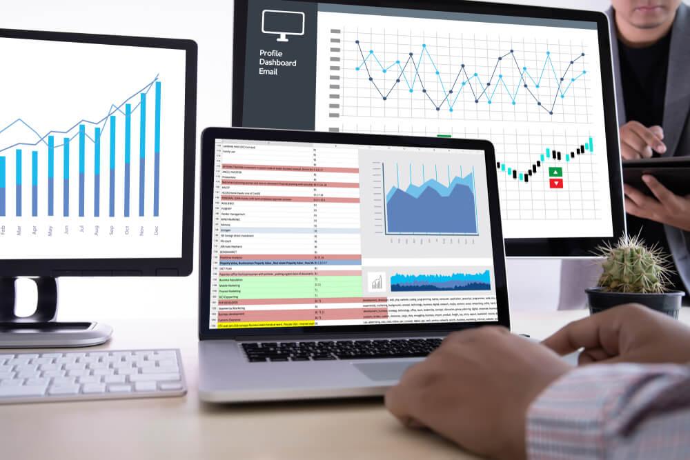 vários monitores apresentando gráficos