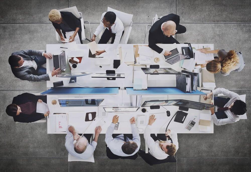 visão de cima de mesa de equipe em ambiente executivo
