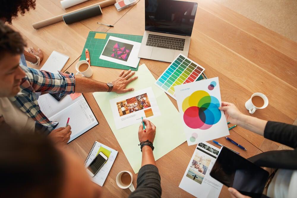 visão superior de mesa de trabalho de agência criativa