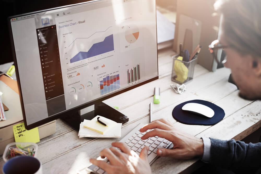 análise de dados de churn rate em tela de computador de mesa