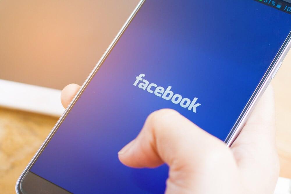 aplicativo mobile facebook em smartphone