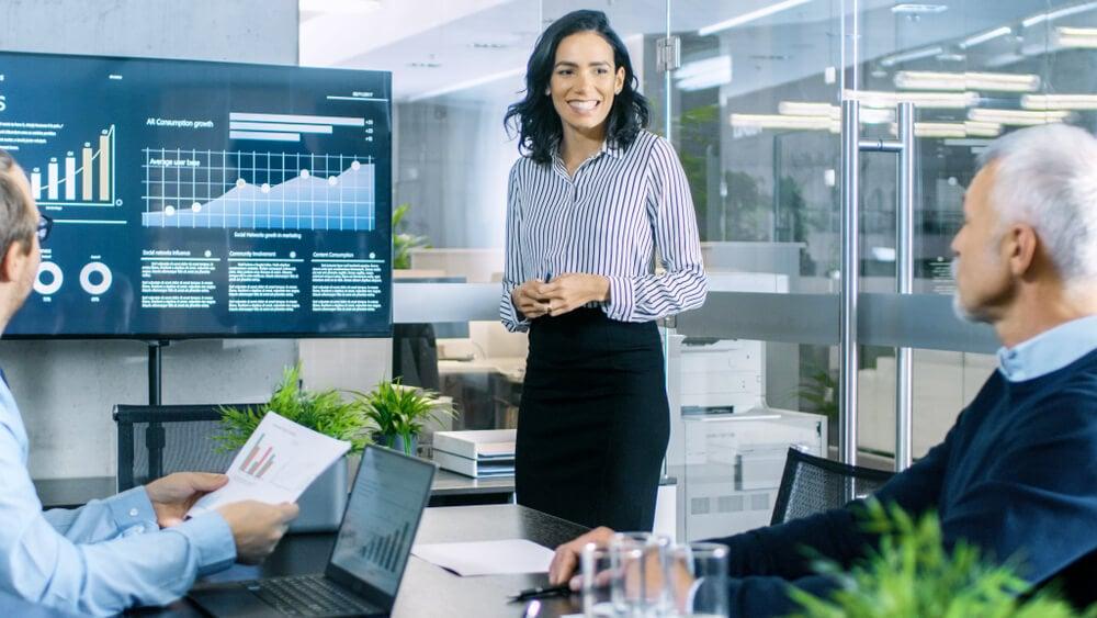 apresentação de dados por mulher profissional de vendas