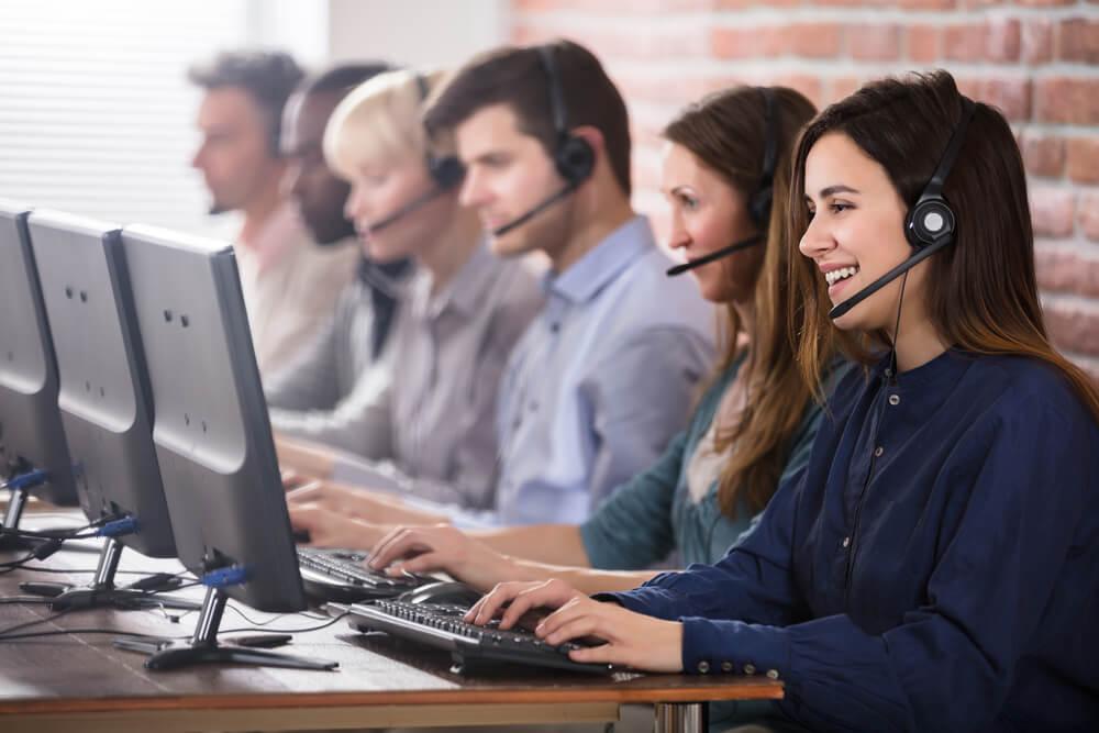 atendentes de telemarketing exercendo sua profissao