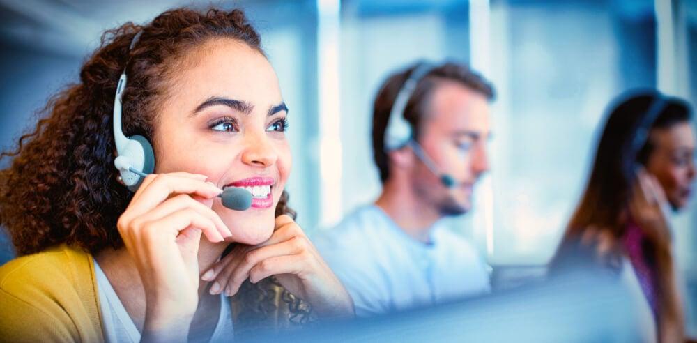 atendentes de telemarketing realizando atendimento por meio de contato telefonico