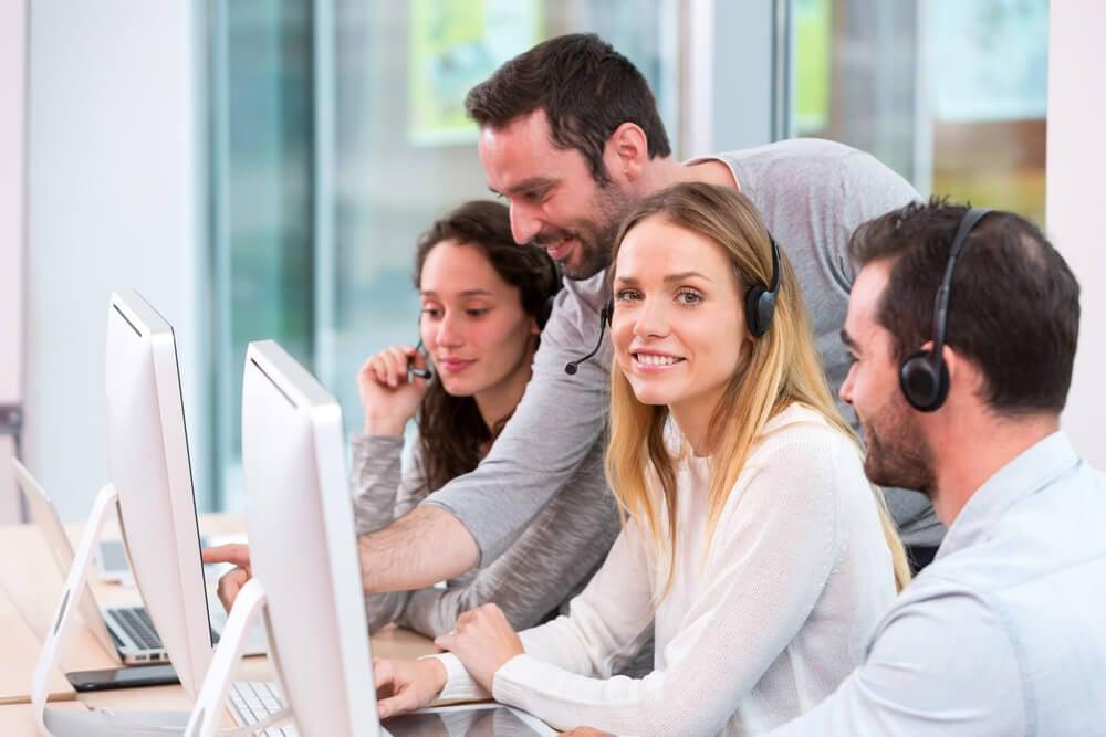 atendentes de telemarketing trabalhando em equipe