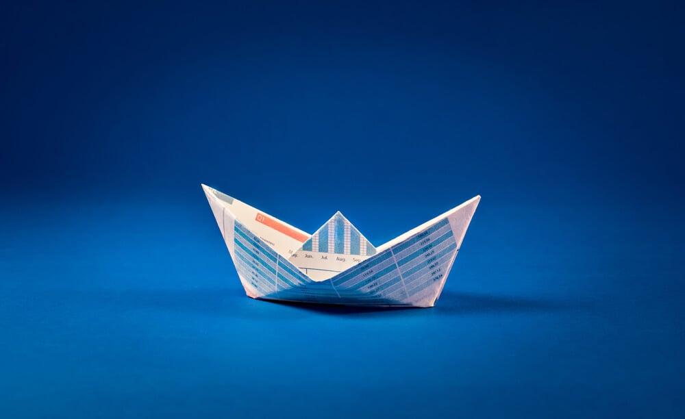barco de papal em fundo azul
