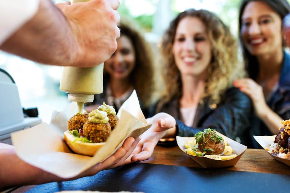 barraquinhas de comida em ruas são exemplo de tipos de empreendedorismo
